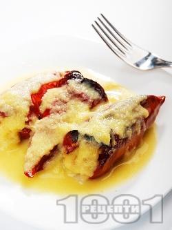 Пълнени червени чушки с кайма и ориз с бял сос в тава на фурна - снимка на рецептата